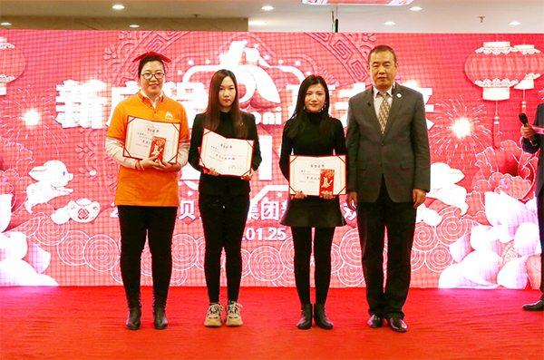 "Mr. Hai Huang, Executive Director of Beroni Group awarding certificates to ""The Most Outstanding Managers in 2018"""
