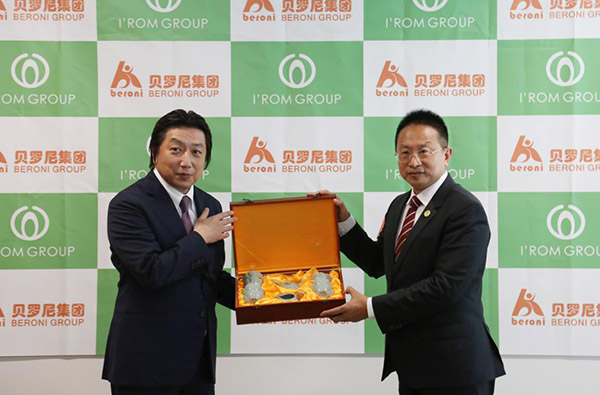 Mr. Jacky Zhang presented Chinese porcelain to Mr. Toyotaka Mori