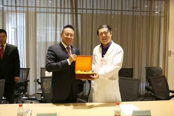 Mr. Jacky, Zhang presented Ru Porcelain to Beijing Youlian ENT Hospital