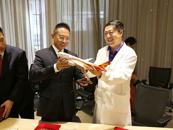 """周维国院长向贝罗尼集团赠送海航飞机纪念模型,寓意""""共同腾飞"""""""