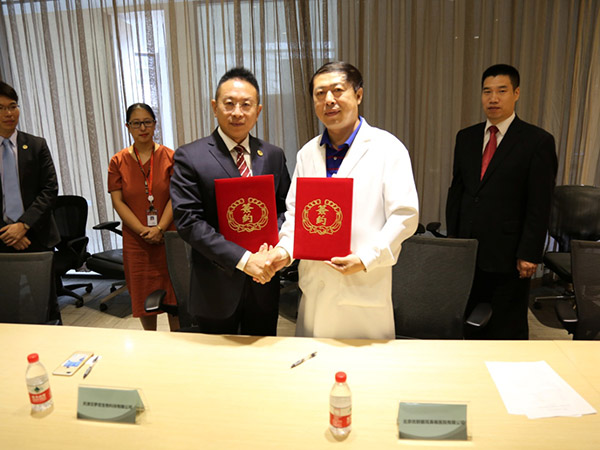 Picture of Mr. Jacky Zhang, Executive Chairman of Beroni Group and Mr. Weiguo Zhou, Dean of Beijing Youlian ENT Hospital